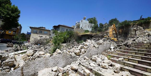 Tarihi Maraş Kalesi etrafındaki metruk binalar yıkılıyor
