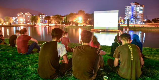 Nehir kenarında açık hava sineması keyfi