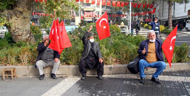 """Kahramanmaraş'ta """"Bayrak olayı""""nın 101. yıl dönümü anısına Türk bayrağı dağıtıldı"""