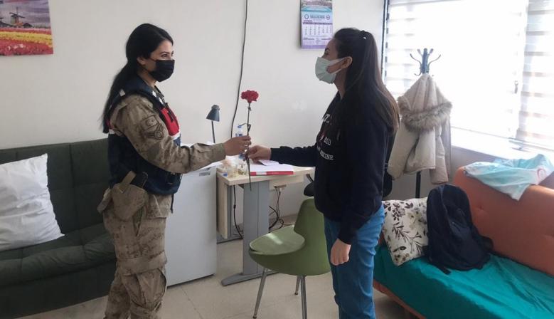 Kahramanmaraş'ta jandarma sağlık çalışanlarına çiçek dağıttı