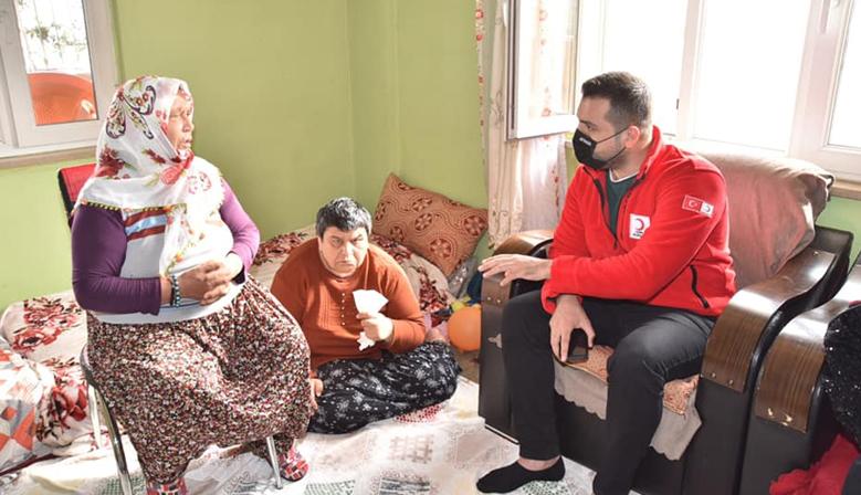 Kızılay'dan 3 evladına büyük fedakarlık yapan anne'ye ziyaret