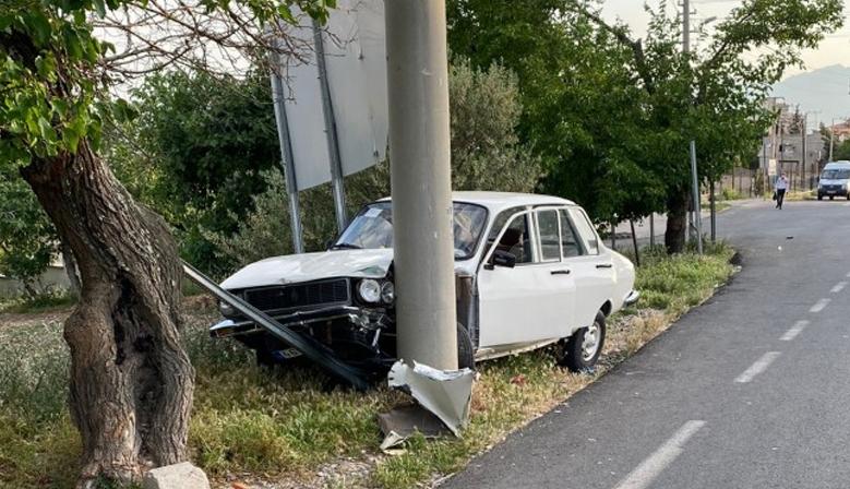 Kahramanmaraş'ta otomobil elektrik direğine çarptı!
