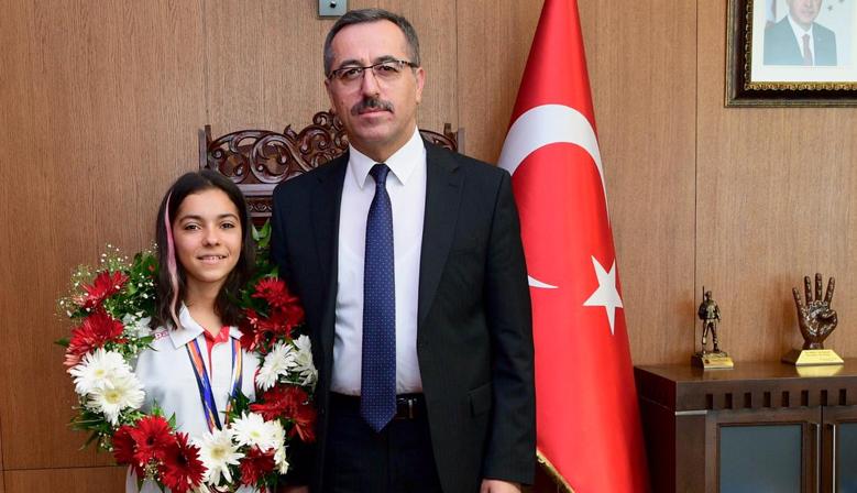 Sevilay Öztürk,Türk Bayrağı'nı dalgalandırdı